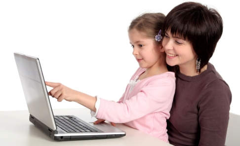 mom-daughter-using-laptop